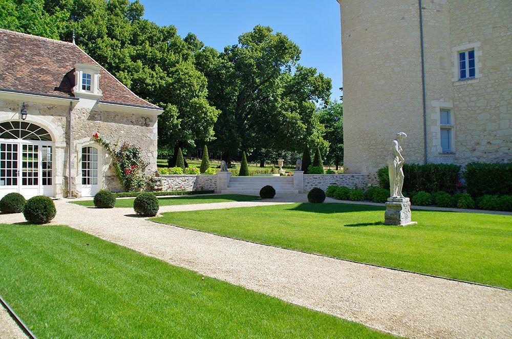 Aménagement extérieur : allée de jardin et gazon