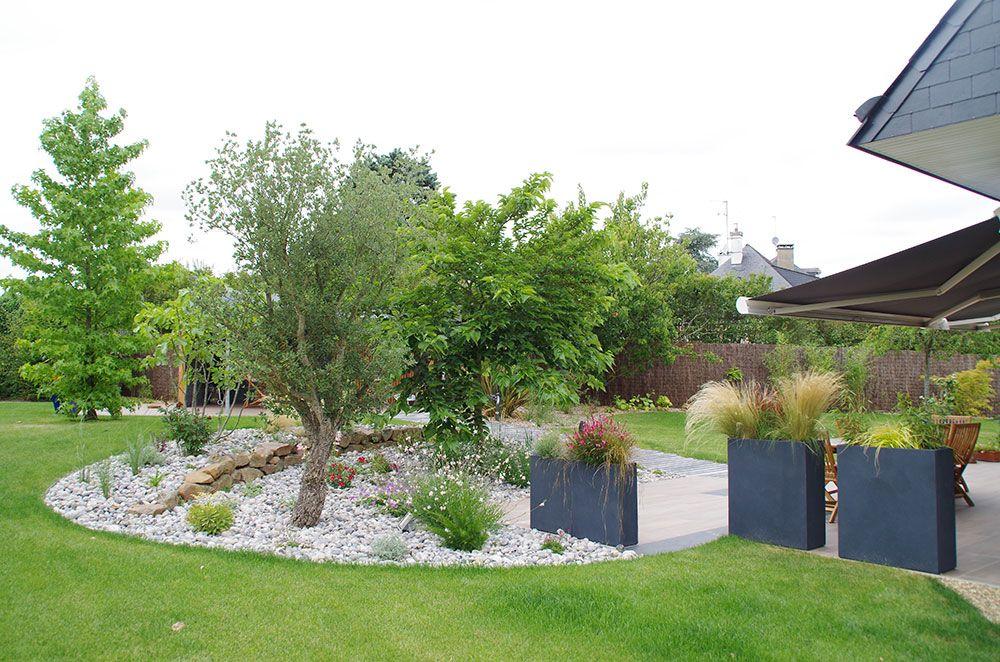 Aménagement végétal : paillage pierre et arbustes